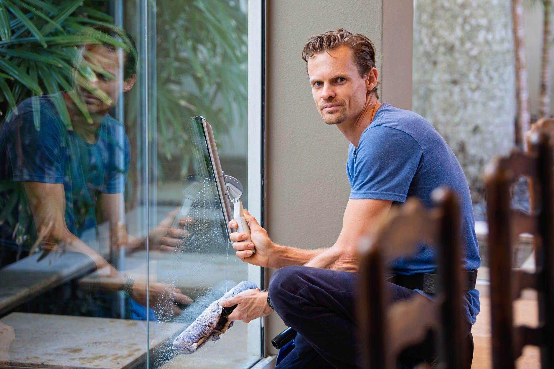 En man putsar fönster